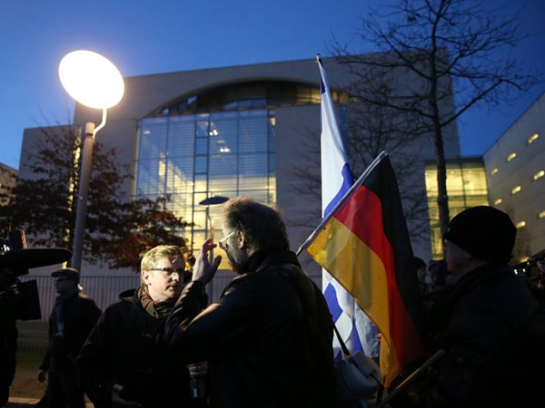 Příjezd uprchlíků provázela imalá demonstrace proti politice kancléřky a za uzavření hranic.
