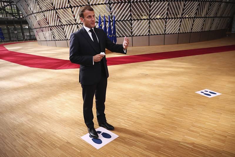 Francouzský prezident Emmanuel Macron hovoří s médii před zahájením třetího dne summitu EU k fondu obnovy, 19. července 2020