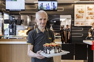 Devadesátiletý Jindřich Kochrda pracuje vMcDonald´s už deset let. Při oslavě zavzpomínal skolegy i vedením franšízového řetězce.