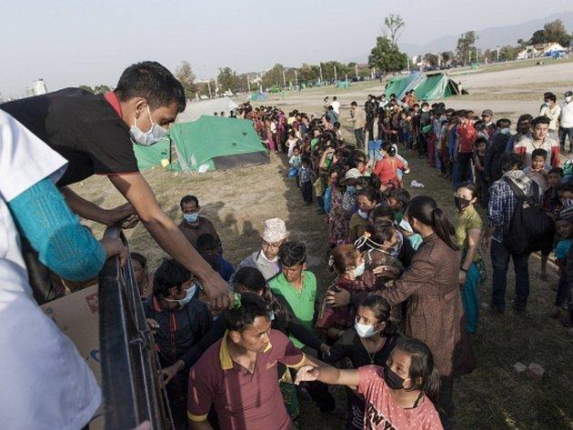 Počet obětí zemětřesení v Nepálu stoupl na 6621, informovalo dnes místní ministerstvo vnitra. Dalších nejméně 14.023 osob utrpělo zranění.
