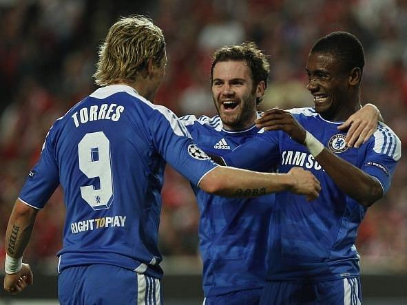 Zleva Torres, Mata a Kalou se radují z gólu do sítě lisabonské Benfiky.