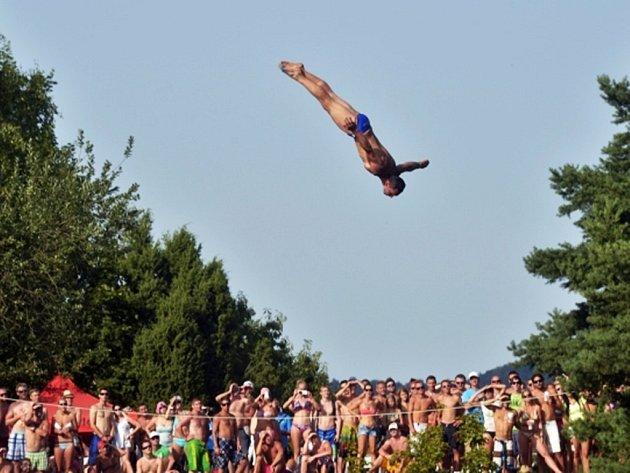 Nejlepší a jediný český profesionální skokan Michal Navrátil při exhibičním skoku z třicetimetrové výšky při čtrnáctém ročníku mistrovství České republiky ve skocích do vody z extrémní výšky.