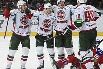 Janne Pesonen z AK BARS Kazaň (třetí zleva) přijímá gratulaci ke gólu od spoluhráčů. Na ledě Martin Ševc z HC Lev Praha.