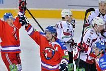 V popředí (zleva) se radují z gólu hráči Lva Petr Vrána, Michal Birner a Michal Řepík. Přihlížejí (v pozadí zleva) Rodrigo Lavinš, Kyle Wilson a Kristaps Sotnieks z Rigy.
