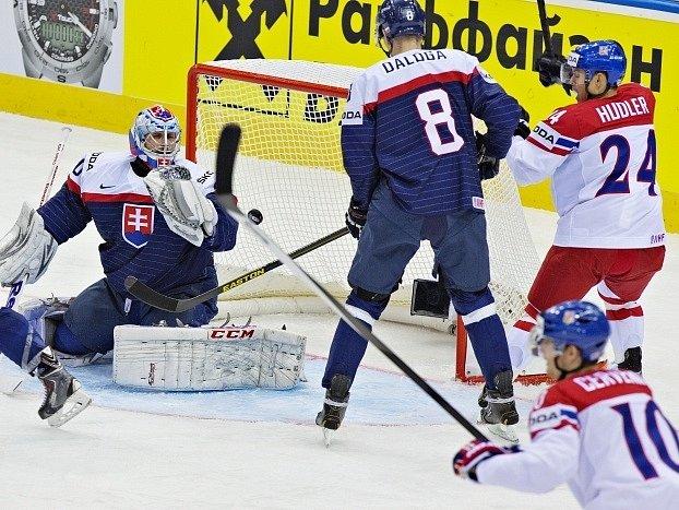 Česko - Slovensko: Ján Laco (vlevo) dostává první gól z hokejky českého hráče Ondřeje Němce (není na snímku)
