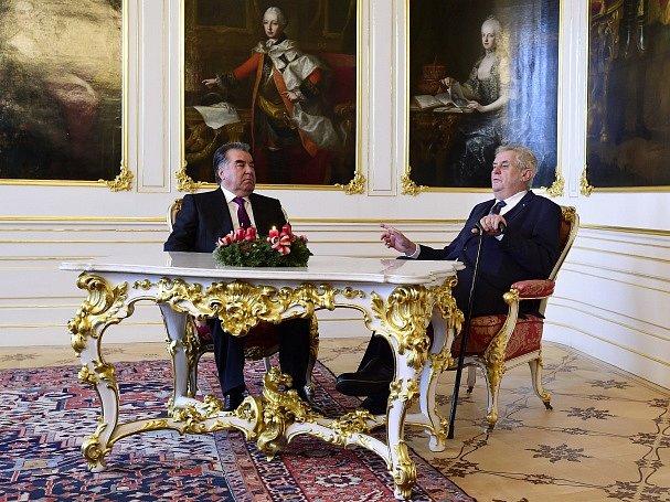 Tádžický prezident Imomali Rachmon (vlevo) zahájil 1. prosince návštěvu České republiky setkáním se svým protějškem Milošem Zemanem (vpravo) na Pražském hradě.