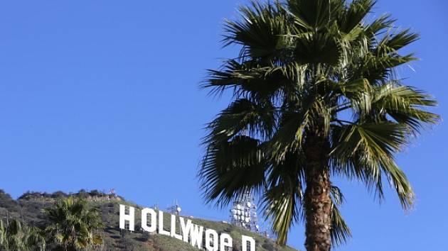 Neznámý vtipálek v noci na dnešek pozměnil obří bílá písmena tvořící slovo Hollywood, která stojí na svahu nad kalifornským Los Angeles.