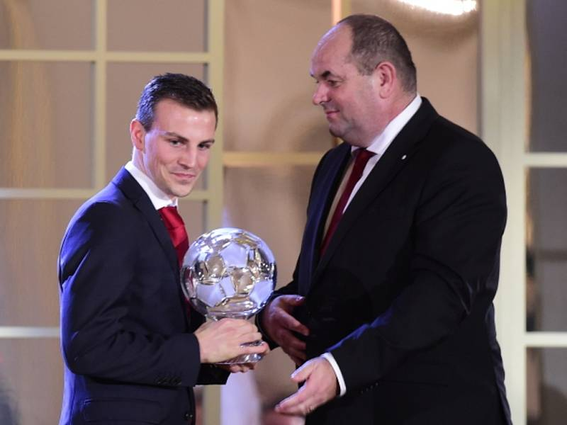 Vladimír Darida (vlevo) skončil v anketě Fotbalista roku druhý. Cenu přebírá od šéfe FAČR Miroslava Pelty.