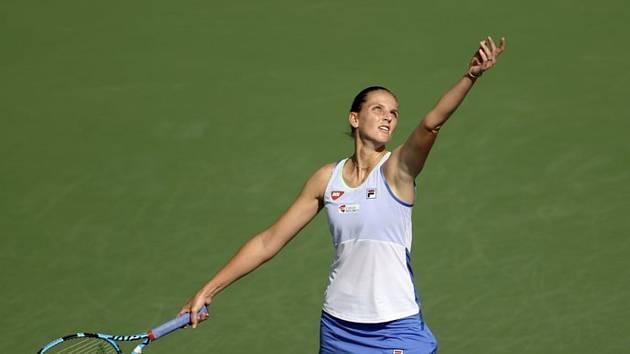 Česká tenistka Karolína Plíšková při podání ve čtvrtfinále turnaje v Dubaji.