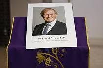 Obrázek zavražděného britského poslance Davida Amesse u oltáře v kostele během vigílie