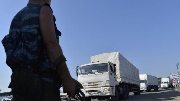 Kolona ruských kamionů, které do Luhanska na východě Ukrajiny dovezly ruskou humanitární pomoc, odvezla při zpáteční cestě do Ruska zařízení z ukrajinských zbrojovek.