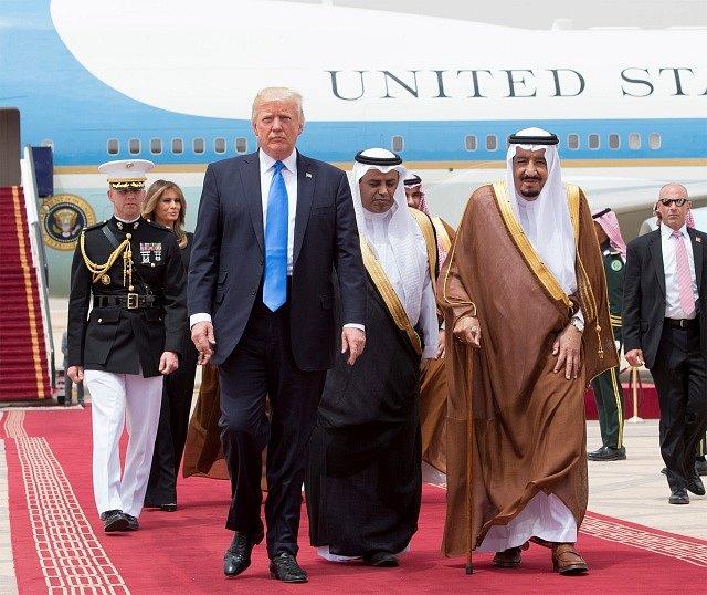 Donald Trump a saudský král Salmán bin Abd al-Azíz se prošli po červeném koberci