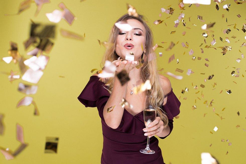Za slavnostní líčení nemusíte utratit majlant, stačí pár líčidel a dobré finty.