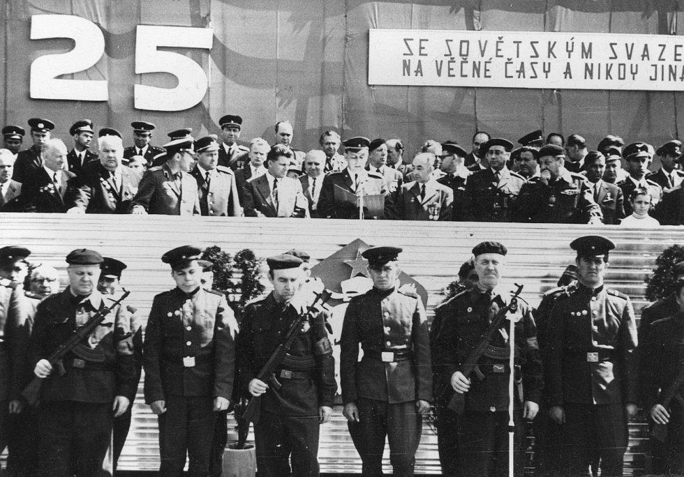 Slavnostní přehlídka vojsk pardubické posádky při příležitosti 25.výročí osvobození Československa Sovětskou armádou dne 9.5.1970