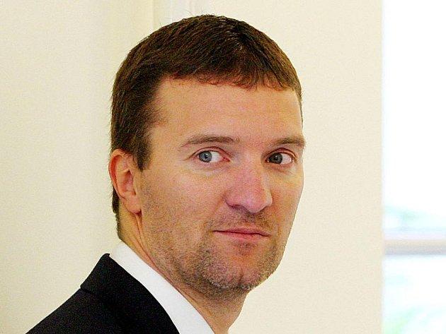 Švýcarská policie v pondělí zadržela hledaného českého kontroverzního podnikatele Tomáše Pitra. Na policejním webu to oznámil šéf Útvaru pro odhalování organizovaného zločinu (ÚOOZ) Robert Šlachta.