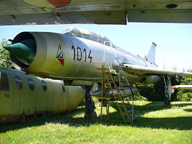 SU-7U. Suchoj Su-7U je jediným letounem v České republice v barvě kovu. Byl poškozen, ale sběratelé ve Zruči ho vyleštili