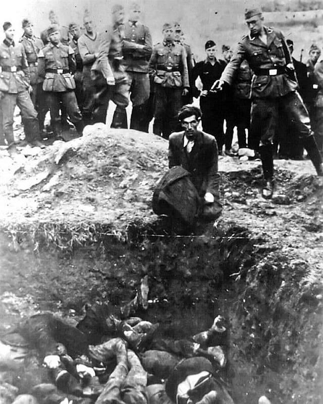 Poslední Žid ve Vinnycji. Tak byl pojmenován snímek, zachycující vraždu židovského muže příslušníkem esesáckého komanda Einsatzgruppe D. Vražděný muž klečí na okraji masového hrobu, v němž leží další oběti