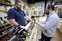 Prodeje zbraní v Americe rostou, akcie zbrojních firem jako Smith & Wesson nebo Winchester vystřelily nahoru.