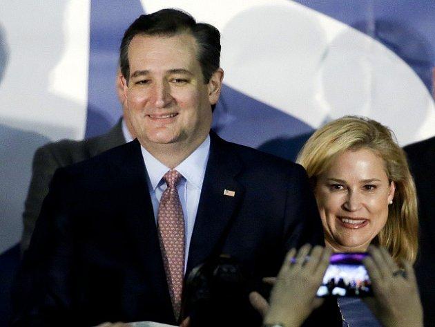 Texaský senátor Ted Cruz porazil amerického miliardáře Donalda Trumpa v republikánském nominačním souboji v americkém státu Iowa.