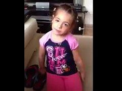 Video, které nyní koluje internetem, zachycuje vzpouru zhruba sedmileté dcerušky, která svému tatínkovi odmítne stvrdit slib, že si nikdy nenajde žádného přítele