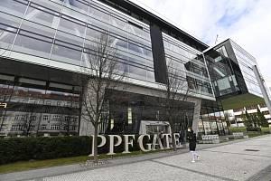 Černá vlajka na sídle PPF