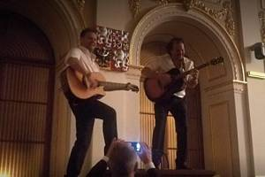 Předseda Poslanecké sněmovny Radek Vondráček (vlevo) vyskočil na večírku na předsednický pult, kde hrál na kytaru a zpíval.
