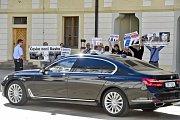 Členové aktivistické skupiny Kaputin protestovali v areálu Pražského hradu proti zahraniční politice prezidenta Miloše Zemana.