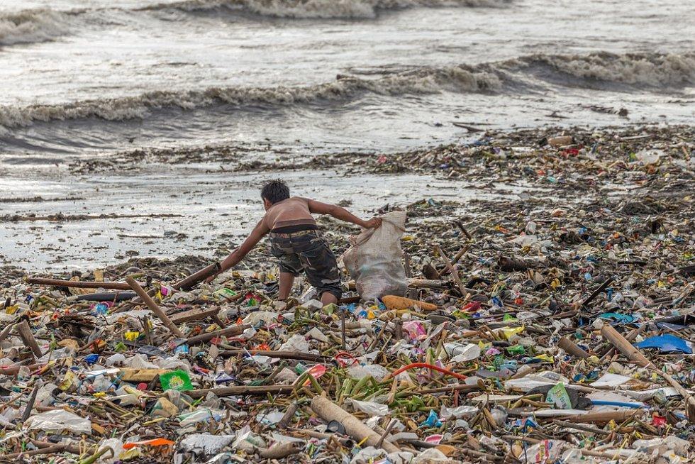 Pláž na Filipínách pokrytá odpadky