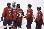 Hokejisté Washingtonu v čele s Alexandrem Ovečkinem (vlevo)