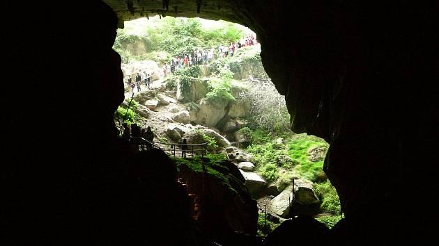 Osm mužů a sedm žen strávilo 40 dnů v členité jeskyni Lombrives na jihozápadě Francie (na snímku vstup do jeskyně). Neměli telefony ani hodinky a po celou dobu neviděli slunce