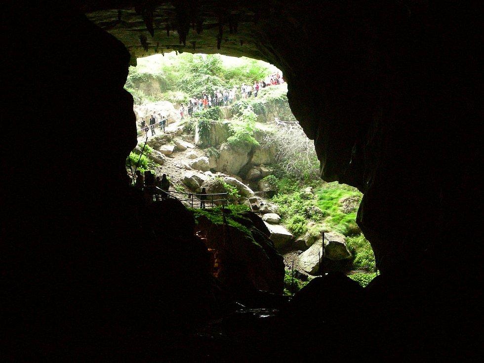 Patnáct dobrovolníků strávilo 40 dnů v jeskyni Lombrives na jihozápadě Francie (na snímku vstup do jeskyně). Neměli telefony, hodinky ani přístup k dennímu světlu