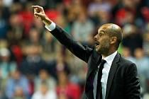 Trenér Bayernu Pep Guardiola udílí pokyny.