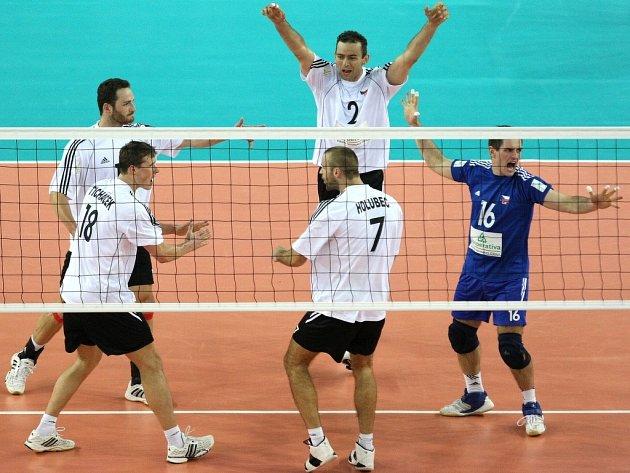 Čeští volejbalisté se radují z vítězství nad Finskem v kvalifikaci na mistrovství světa v Itálii.