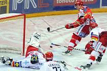 Slavia porazila Třinec. Na snímku Bednář ve velké šanci před Čechmánkem.