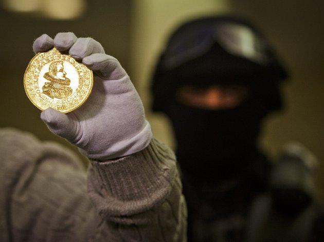 Pod dohledem policistů z URNA byly do Národního muzea 27. listopadu převezeny unikáty pro výstavu Peníze. Jedná se o největší briliant v českých veřejných sbírkách a dosud nikdy nevystavený zlatý stodukát Ferdinanda III.