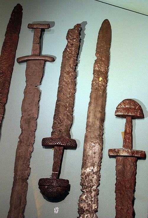 Vikingské meče z oblasti západního Norska, vystavené v muzeu Bergen