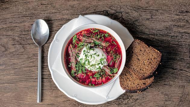 Boršč - nejslavnější polévka východu, nejznámější jídlo zčervené řepy.