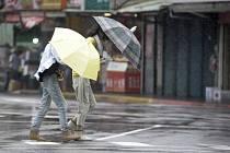 Prudký déšť doprovázející tajfun Lekima v tchajwanské metropoli Tchaj-peji.