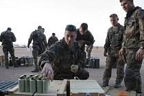 """Francouzští vojáci """"s veškerým potřebným materiálem"""" k vypuzení islamistů napojeným na Al-Káidu."""
