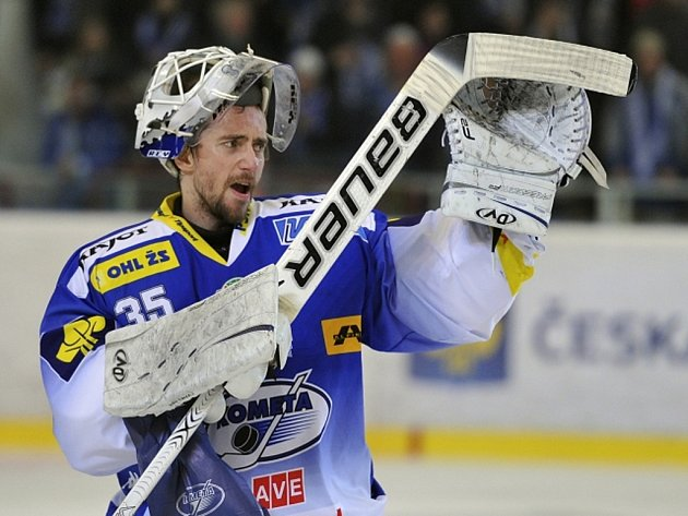 Brankář Brna Jiří Trvaj se raduje z vítězství.