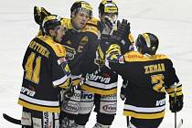 Hokejisté Litvínova se radují z gólu proti Chomutovu.