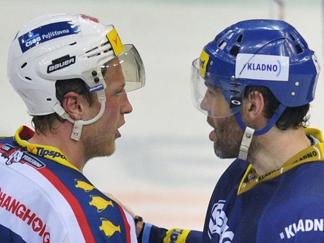 Aleš Hemský z Pardubic (vlevo) a Jaromír Jágr z Kladna se zdraví po zápase.