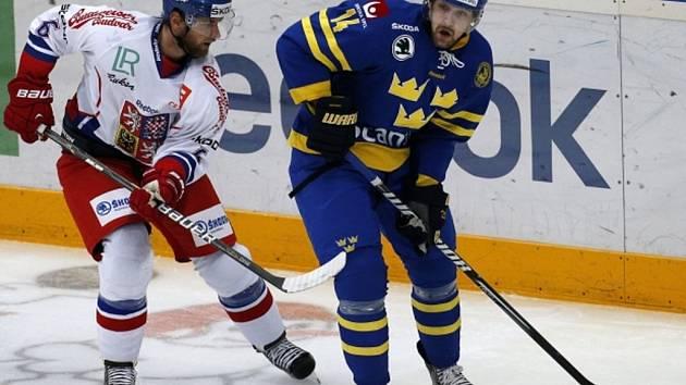Jakub Kindl (vlevo) a Patrik Berglund ze Švédska.