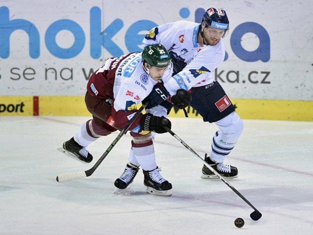 Vlevo Michal Dragoun ještě v dresu extraligové Sparty, vpravo Ondřej Vitásek z Liberce.
