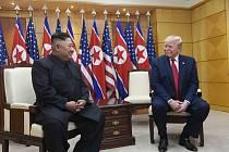 Americký prezident Donald Trump (vpravo) se v hraniční vesnici Pchanmundžom v demilitarizované zóně mezi Jižní a Severní Koreou potřetí setkal se severokorejským vůdcem Kim Čong-unem