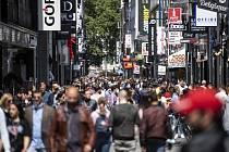 Lidé na nákupní třídě v německém Kolíně nad Rýnem, 16. května 2020