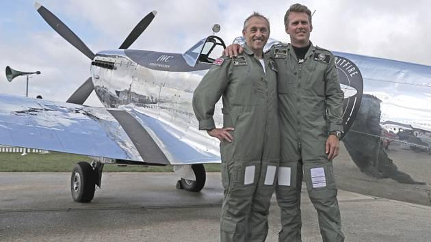 Dva britští piloti Steve Brooks (vlevo) a Matt Jones se zrenovovanou stíhačkou Spitfire vyrobenou za druhé světové války