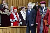Prezident Miloš Zeman jmenoval 11. června v pražském Karolinu nové vysokoškolské profesory. Vpravo je rektor Univerzity Karlovy Václav Hampl.