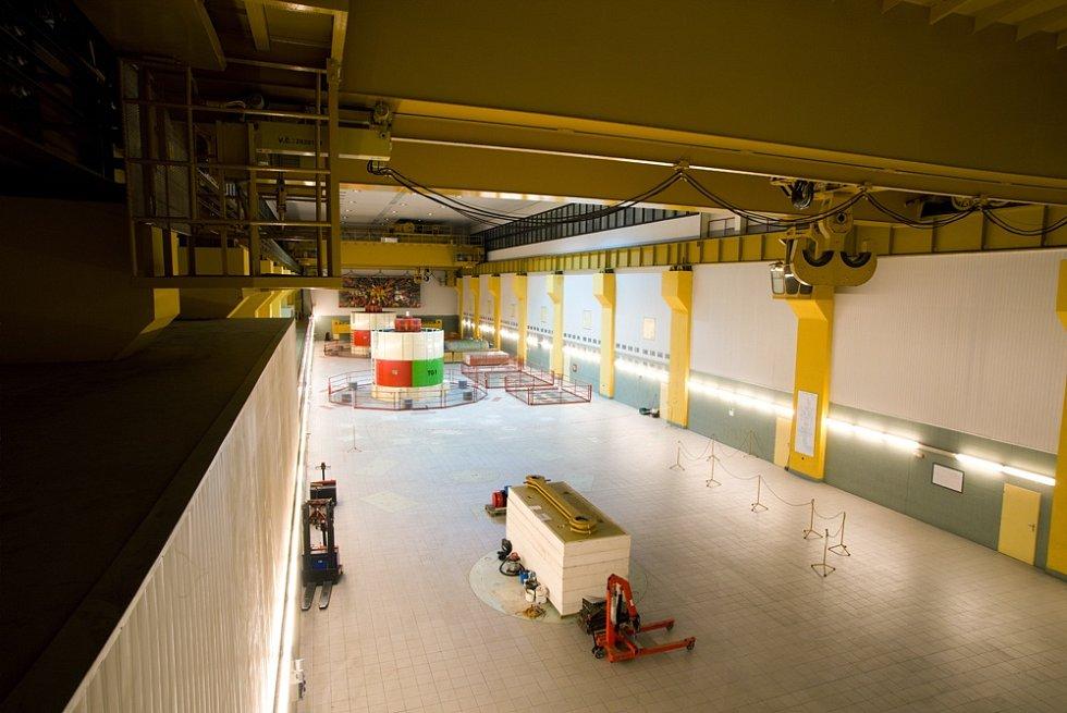 Kaverna elektrárny. Návštěvníci Dlouhých strání si mohou prohlédnout i kavernu vybudovanou hluboko ve skalním masívu, která má rozměry 87,5  krát 25,5 krát 50 metrů.