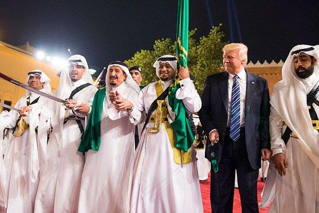 Donald Trump tančil s arabskými vojáky tradiční tanec